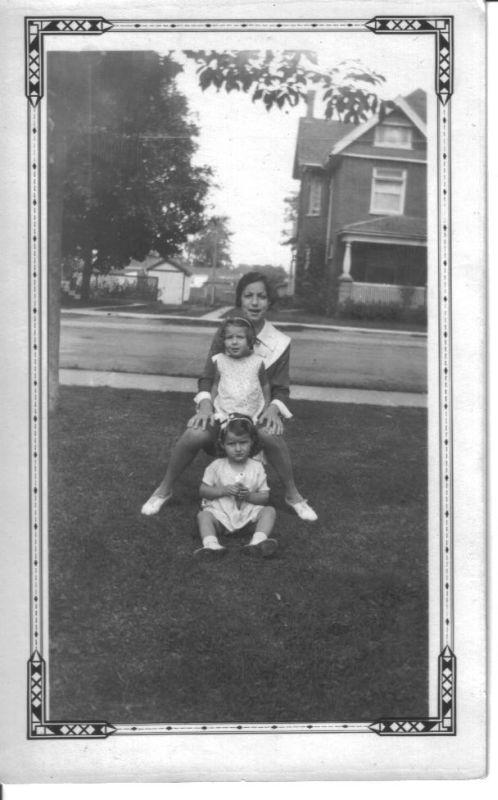 minicola-1930x-anna-w-nieces-yvonne-and-shirley